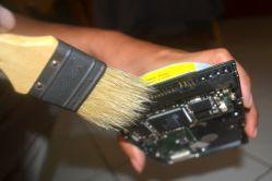membersihkan konektor harddisk