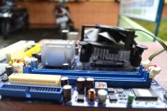 Membuka pengunci slot DIMM, ikuti petunjuk