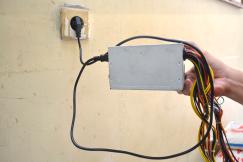 Tancapkan kabel power pada stop kontak PLN