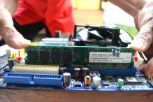 Tekan RAM pada kedua ujung menggunakan ibu jari secara bersama-sama . Ikuti petunjuk panah