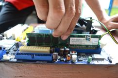 Tempatkan RAM sejajar dengan slot SIMM/DIMM